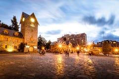 Centre municipal et place principale dans la ville du centre de Bariloche au coucher du soleil - San Carlos de Bariloche, Argenti Images libres de droits