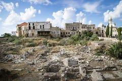 Centre opona z ruinami i meczet z niebieskim niebem i chmurami, opona, podśmietanie, Liban Zdjęcie Stock