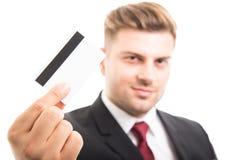 Centre sélectif de directeur tenant la carte de crédit ou de débit Photo libre de droits