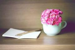 Centre sélectif de fleur rose fraîche d'oeillet avec le carnet dessus Photo stock