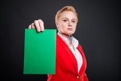 Centre sélectif de la femme attirante d'affaires montrant le cardb vert Images libres de droits