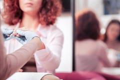 Centre sélectif des mains femelles dans les gants en caoutchouc photos libres de droits