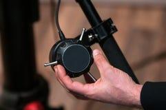 Centre-se a mão do ` s do extrator sobre o sistema do foco do seguimento Foto de Stock
