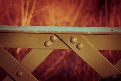 Centre-se sobre os detalhes da ponte, trilhos modelados vermelho, casamento Fotos de Stock Royalty Free