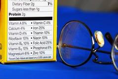 Centre-se sobre os fatos da nutrição de uma caixa do alimento Imagens de Stock