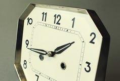 Centre-se sobre pontas da mão com profundidade de campo forte em um relógio antigo imagem de stock royalty free