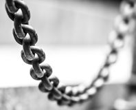 Centre-se sobre a suspensão da corrente metálica, peça da cerca. Imagem de Stock