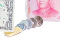 Centre-se sobre uma nota de dólar dos E.U. com a cédula chinesa borrada a do yuan Fotos de Stock Royalty Free