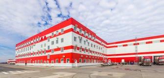 Centre serveur de distribution avec l'immeuble de bureaux photos libres de droits