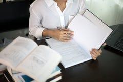 Centre trouble et mou de l'étudiante asiatique lisant un livre pour Photo libre de droits