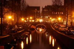 Centre-ville d'Amsterdam par nuit en Hollandes Photos stock
