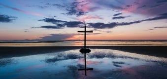 Centre zmierzchu plaży krzyż Fotografia Stock