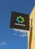 Centrelink fournit une gamme des paiements et des services de gouvernement pour les retraités, les chômeurs, les familles, l'hand Photos libres de droits