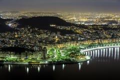 Centrera av Rio de Janeiro vid natt Arkivfoton