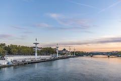 Centrera Nautique på Rhonet River i Lyon, Frankrike under blått s Royaltyfri Bild