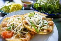Centrera vietnamespannkakan med den böngroddräka och salladslöken Royaltyfri Fotografi