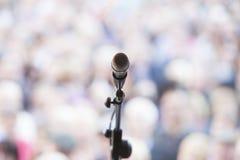 Centrerad mikrofon på ställning framme av galanden Fotografering för Bildbyråer