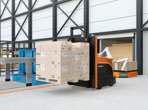 Centrerar den bärande paletten för den autonoma gaffeltrucken av gods i logistiker Royaltyfria Bilder