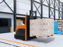 Centrerar den bärande paletten för den autonoma gaffeltrucken av gods i logistiker Arkivbilder