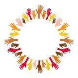 Centrerar mångfärgade händer för mångfald från tomt den runda ramen Royaltyfri Fotografi
