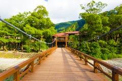 Centrerat H för Kamikochi Wood däckkappa-Bashi bro Arkivfoton