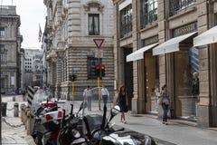 Centret av Milan och Trussardi shoppar Symbol och begrepp av lyx, shopping, elegans och gjort i Italien Royaltyfria Foton