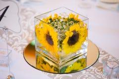 Centri della Tabella di nozze con i fiori immagine stock