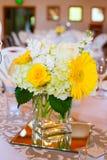 Centri della Tabella di nozze con i fiori fotografie stock libere da diritti