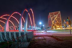 Centro CÃvico del Bicentenario y puente de Bicentenario en la noche, gobierno de la provincia de Córdoba - Córdoba, la Argentina imágenes de archivo libres de regalías