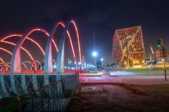 Centro CAvicoo del Bicentenario和Bicentenario桥梁在晚上,科多巴省政府的科多巴,阿根廷 免版税库存图片