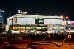 Centro central de la tienda en la opinión de la noche de la ciudad de Vilna Imagen de archivo