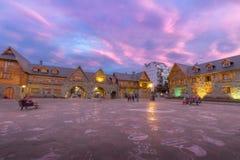Centro Civico et place principale dans Bariloche du centre au coucher du soleil - Bariloche, Patagonia, Argentine Images libres de droits