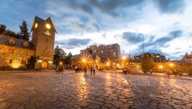Centro Civico et place principale dans Bariloche du centre au coucher du soleil - Bariloche, Patagonia, Argentine Photos libres de droits