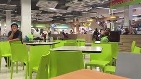 Centro comercial con el atrio dentro del interior almacen de video