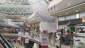 Centro comercial con el atrio dentro del interior almacen de metraje de vídeo
