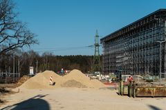 Centro comercial con referencia a la construcción - el venir builing adicional pronto fotos de archivo