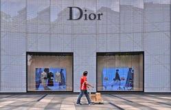 Centro comercial de la huerta en el camino de la huerta en el distrito moderno de Singapur pasos del trabajador con los paquetes imagenes de archivo