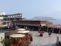 Centro comercial de Larcomar en Miraflores, Lima Imagen de archivo libre de regalías