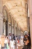 Centro comercial de Milán con la gente Foto de archivo libre de regalías