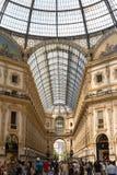 Centro comercial de Milán con la gente y el techo Fotografía de archivo libre de regalías