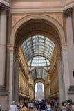 Centro comercial de Milán con manera del arco Foto de archivo