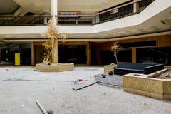 Centro comercial - Randall Park Mall - Cleveland abandonados, Ohio imagen de archivo libre de regalías