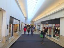 Centro comercial y compradores interiores imagen de archivo