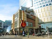 Centro comercial y Hard Rock Cafe de Zlote Tarasy en el centro de Varsovia foto de archivo libre de regalías
