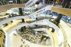 Centro commerciale con architettura moderna parecchi pavimenti forniti Fotografia Stock Libera da Diritti