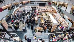 Centro commerciale con il lasso di tempo vuoto dello spazio di pubblicità 4k stock footage