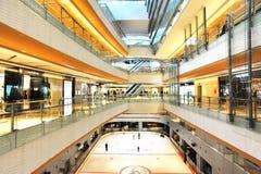 Centro commerciale con la pista di pattinaggio pattinante Fotografia Stock Libera da Diritti