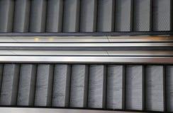 Centro commerciale con le scale mobili una che va su in una che goe Fotografia Stock Libera da Diritti