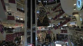 Centro commerciale con molti clienti che fanno spesa durante le feste di Natale video d archivio