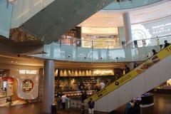 Centro commerciale del Dubai della passeggiata della gente Fotografie Stock